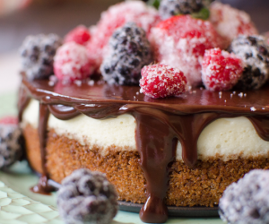 CHEESECAKE WITH BERRIES & CHOCOLATE GANACHE