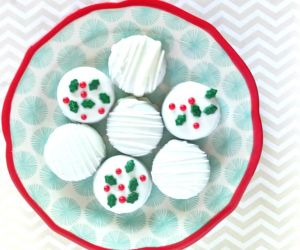 WHITE CHOCOLATE COVERED OREOS FOR CHRISTMAS